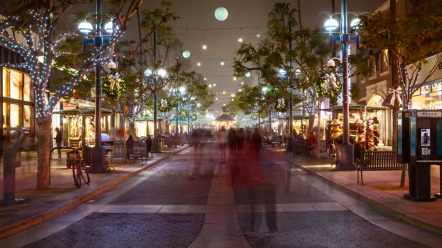 time-lapse of santa monica third street promenade at holidays, foggy night - уличное освещение стоковые видео и кадры b-roll