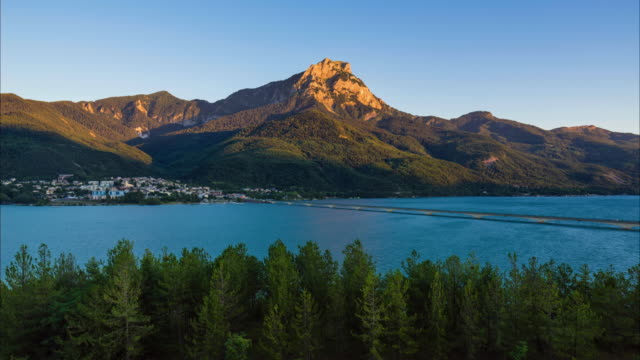 Timelapse of Savines-le-Lac and the Serre-Poncon Lake from sunset to twilight. Hautes-Alpes, France - vídeo
