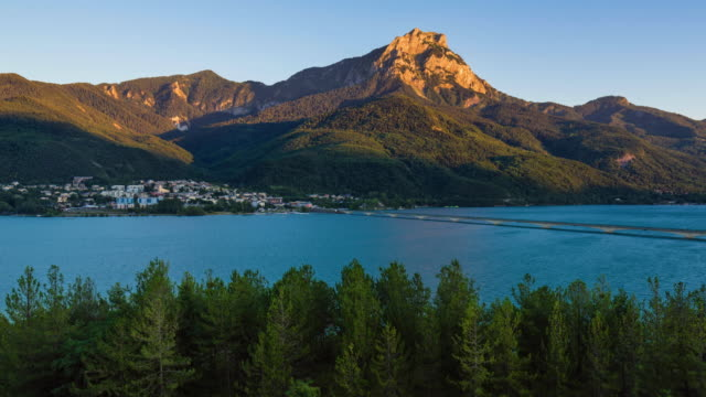 timelapse of savines-le-lac, grand morgon peak and the serre-poncon lake from sunset to twilight. hautes-alpes, alps, france - barrage de serre poncon stock videos & royalty-free footage