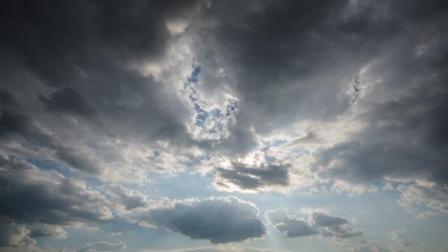 time-lapse di cielo dopo tempesta con nuvolosità nera - passare davanti video stock e b–roll