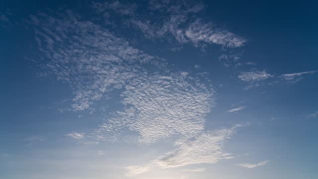 t/l zeitraffer von sky stockvideo - zirrus stock-videos und b-roll-filmmaterial