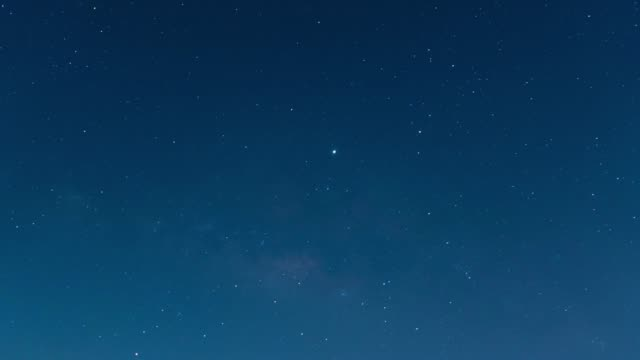 vídeos y material grabado en eventos de stock de timelapse de estrellas y nubes moviéndose por la noche - estrella del norte