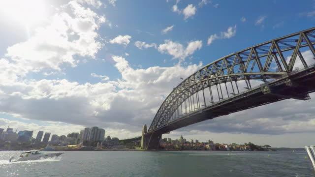 zeitraffer von gewitterwolken mit der sydney harbour bridge - zeitraffer fast motion stock-videos und b-roll-filmmaterial
