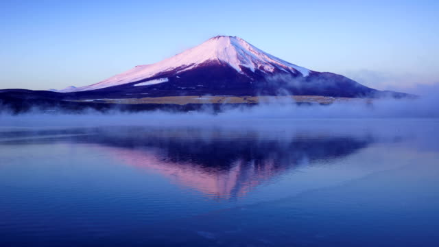 山梨県山中湖で富士山の上空の太陽の上昇のタイムラプス - 富士山点の映像素材/bロール