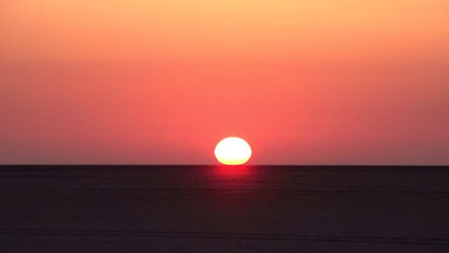 zeitraffer von sonnenaufgang über makgadikgadi pans botswana - affenbrotbaum stock-videos und b-roll-filmmaterial