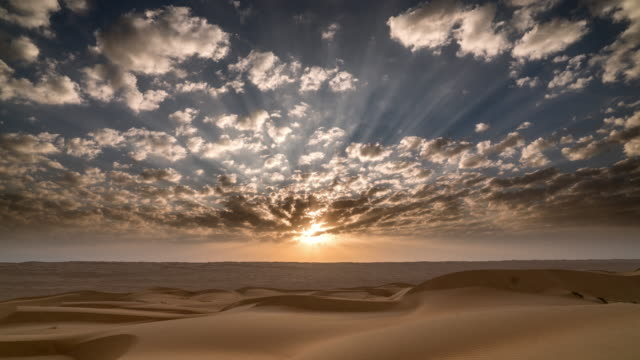 Timelapse do nascer do sol e as nuvens se movendo sobre a paisagem do deserto - vídeo