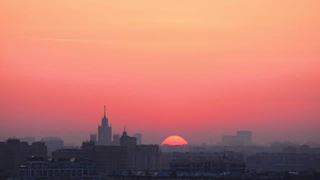 timelapse av soluppgången över moscow close-up. - pink sunrise bildbanksvideor och videomaterial från bakom kulisserna