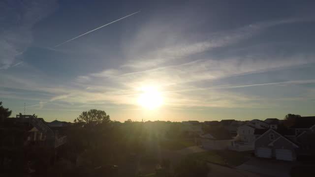 日出在海灘邊的海濱鄰里上的時間推移 - 城鎮 個影片檔及 b 捲影像
