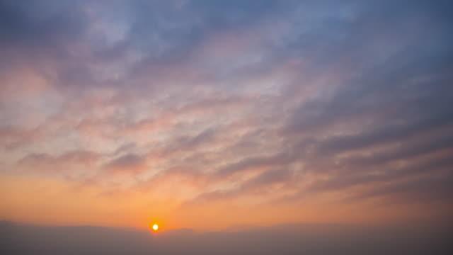 time-lapse av soluppgången med molnet rörelse 4k(uhd) - 20 sekunder eller längre bildbanksvideor och videomaterial från bakom kulisserna
