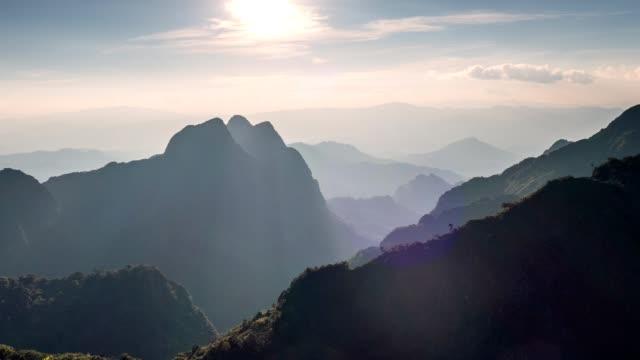 vídeos y material grabado en eventos de stock de time-lapse de la puesta de sol en el pico de la montaña en el parque nacional. santuario de vida silvestre de doi luang chiang dao - norte
