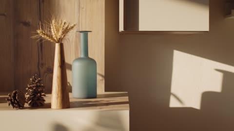 timelapse del tramonto sul soggiorno con ombre allungate di oggetti decorativi e pigne - decorazione festiva video stock e b–roll