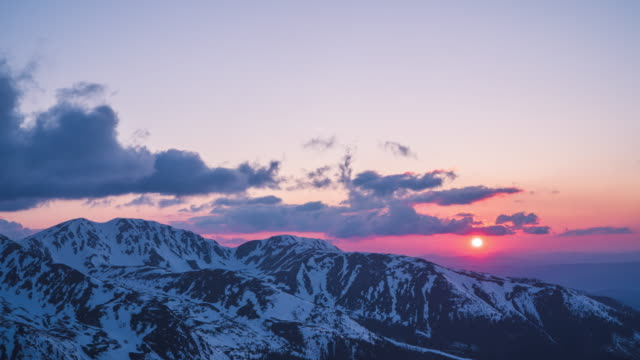 timelapse of sunset over snowy mountains - polonia video stock e b–roll