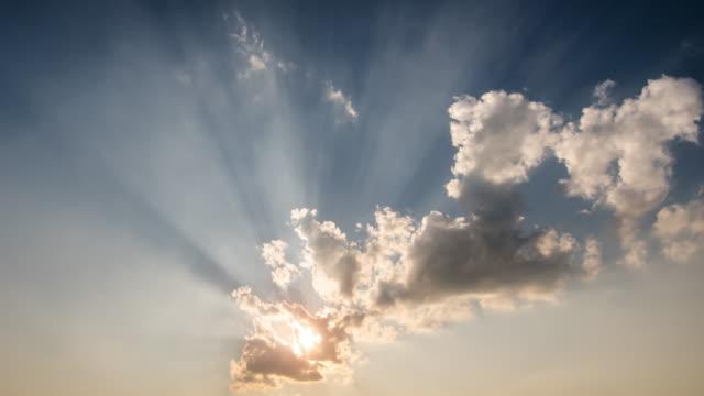 Zeitraffer der Sonnenuntergang mit Sonne Strahl Strahl Licht mit blauem Himmel, Hintergrund Filmmaterial aus der Natur – Video