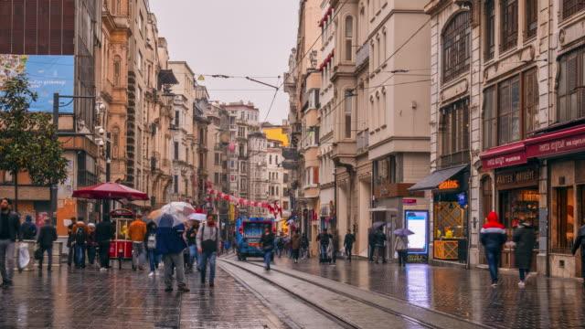 zeitraffer der taksim straße menschen wandern auf der istiklal straße taksim istanbul ,türkei - ankara türkei stock-videos und b-roll-filmmaterial