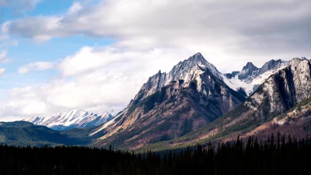 time-lapse av canadian rockies i sommar - klippiga bergen bildbanksvideor och videomaterial från bakom kulisserna