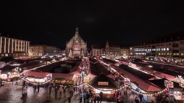 zeitraffer des weihnachtsmarktes in nürnberg - weihnachtsmarkt stock-videos und b-roll-filmmaterial