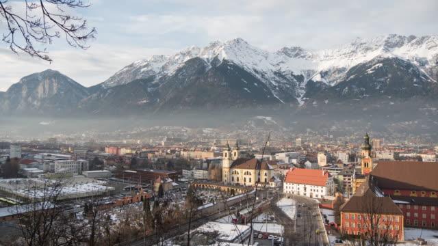 vídeos y material grabado en eventos de stock de timelapse del paisaje urbano de innsbruck - austria