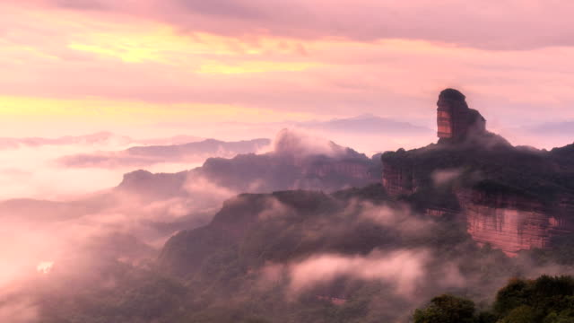 vídeos de stock e filmes b-roll de timelapse of the danxia mountain - linha do horizonte sobre terra