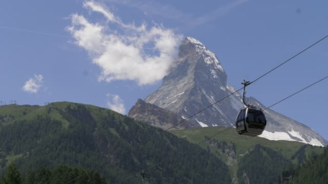 stockvideo's en b-roll-footage met een timelapse van de beroemde matterhorn in zermatt in de zwitserse alpen met een gondel vooraan. - matterhorn