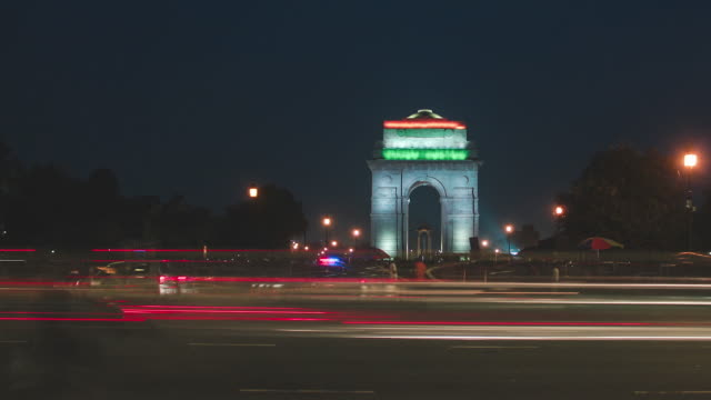timelapse of the india gate, new delhi, india. - nowe delhi filmów i materiałów b-roll