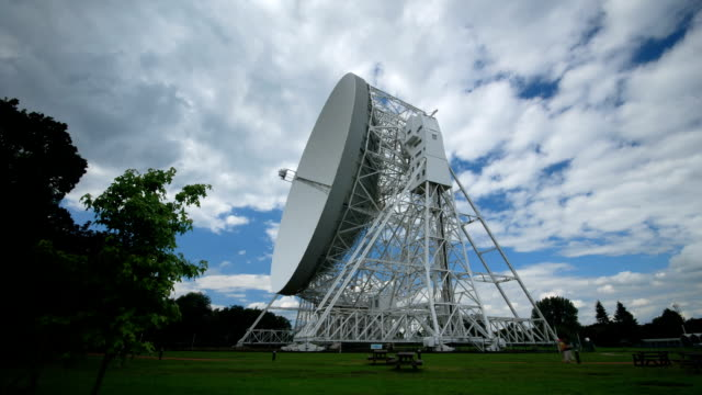 time lapse del lovell telescopio all'osservatorio-telescopica jodrell bank - manchester inghilterra video stock e b–roll