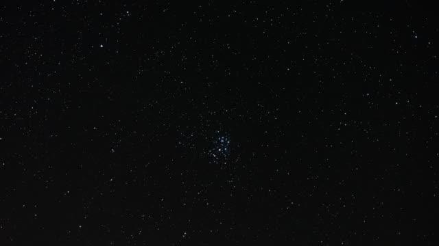 vídeos de stock, filmes e b-roll de timelapse do movimento do conjunto da estrela de pleiades no céu noturno - punhado