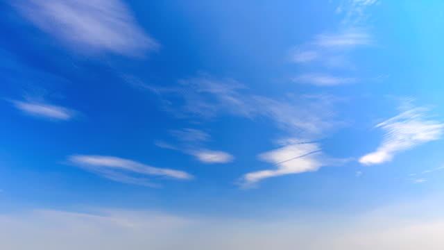 zeitraffer des himmels - zirrus stock-videos und b-roll-filmmaterial