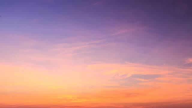 vídeos de stock, filmes e b-roll de timelapse do céu - céu claro