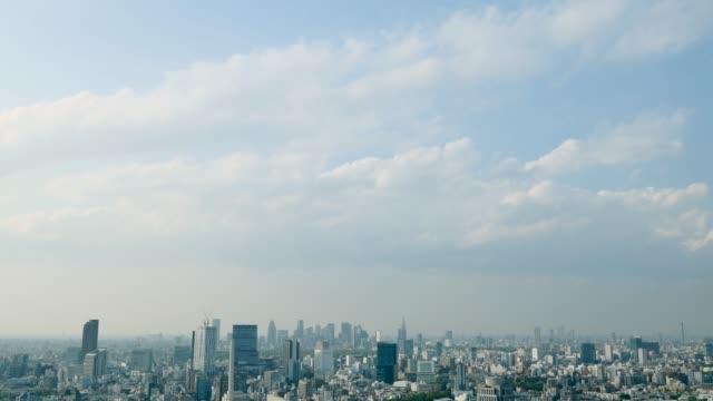 vídeos de stock, filmes e b-roll de timelapse da cidade de tóquio - céu claro