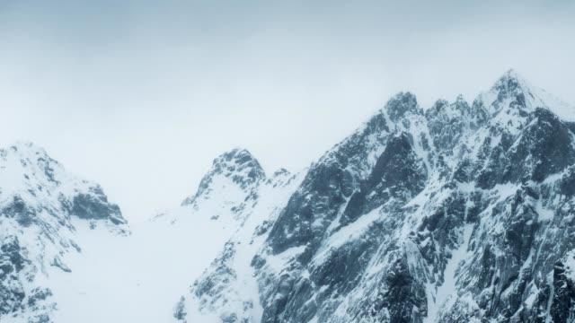 time-lapse av toppen av berget med snöstorm i dystra på vintern - snöstorm bildbanksvideor och videomaterial från bakom kulisserna