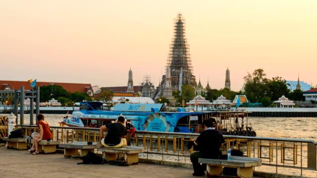time-lapse di turisti a wat arun, il fiume chao phraya - fiume chao phraya video stock e b–roll