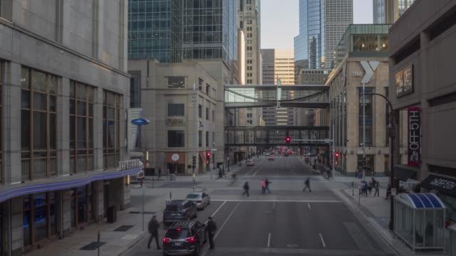 a timelapse of traffic and people in downtown minneapolis - пешеходная дорожка путь сообщения стоковые видео и кадры b-roll