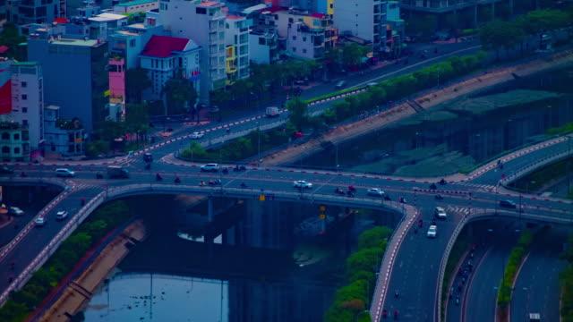 ein zeitraffer von staus in der geschäftigen stadt in ho-chi-minh-hochwinkel-langschussneigung - indochina stock-videos und b-roll-filmmaterial