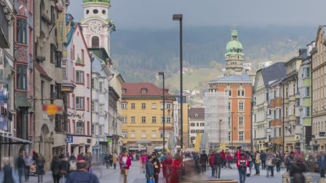 vídeos de stock, filmes e b-roll de timelapse de turista viajante andando na praça centro da cidade velha innsbruck é uma porta de entrada popular para os alpes austríacos - tyrol state austria