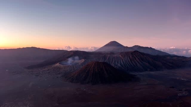 vidéos et rushes de time-lapse du mont volcan actif, bromo, batok, semeru à l'aube. parc national de bromo tengger semeru, java est, indonésie - image composite numérique