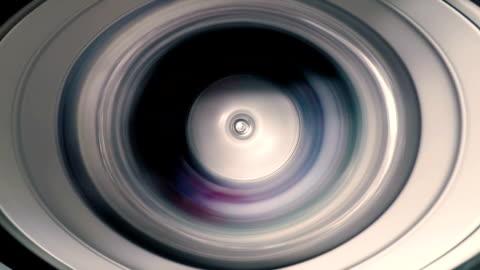 vidéos et rushes de timelapse de la machine à laver lors du lavage des vêtements et spin pour un service de blanchisserie industrie - vue partielle