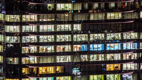 vidéos et rushes de time-lapse 4 k : immeuble de bureaux fenêtres à osaka de nuit - panoramique