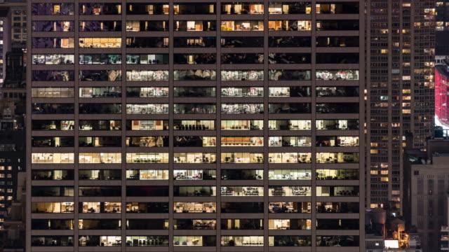 vídeos de stock, filmes e b-roll de time-lapse office window night em nova york, eua, para o late working concept - arranha céu