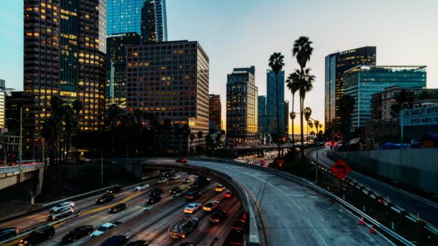 timelapse oftraffic nel centro di los angeles, california - centro della città video stock e b–roll