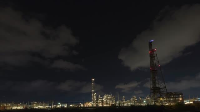 4k. 時間推移: 在黃昏時用管和油箱的煉油廠 - 伊朗 個影片檔及 b 捲影像