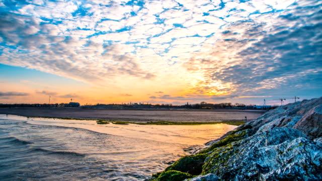 vídeos de stock e filmes b-roll de timelapse on the seashore on the sunset - barragem do roxo