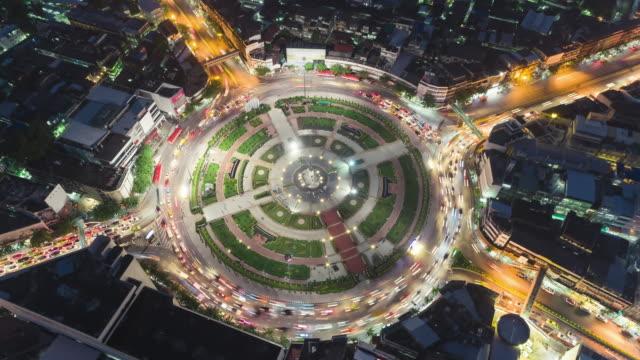 vidéos et rushes de time-lapse ou hyper-lapse vue aérienne 4 chemin rond-point cercle ou intersection la circulation routière dans la nuit pour le concept de transport. - rond point