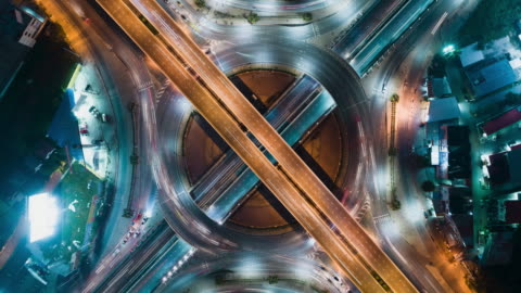 time-lapse eller hyper-lapse flygfoto 4 sätt stopp cirkel eller korsningen vägtrafiken på natten för transport koncept. - dag bildbanksvideor och videomaterial från bakom kulisserna
