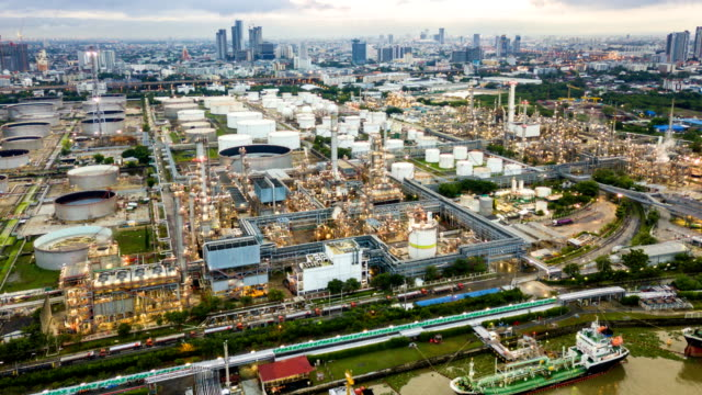 stockvideo's en b-roll-footage met 4 k timelapse of hyperlapse van luchtfoto van industrial park met olieraffinaderij in azië - chemische fabriek