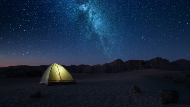 time-lapse overnight stay in a tourist tent on a starry night high in the mountains before dawn - astronomia video stock e b–roll