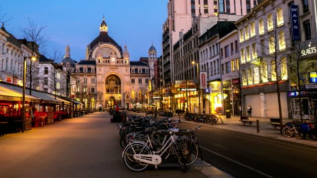 time-lapse in hd panning: città pedonale stazione centrale di anversa tramonto belgio - belgio video stock e b–roll