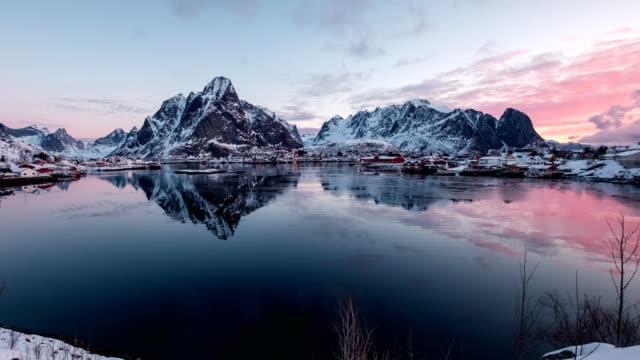 vídeos de stock e filmes b-roll de time-lapse panning of scandinavian village with surrounded mountain on winter at morning. reine, lofoten islands, norway - noruega