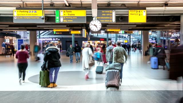 stockvideo's en b-roll-footage met hd time-lapse pannen: reiziger bij luchthaven aankomst terminal schiphol amsterdam nederland - schiphol