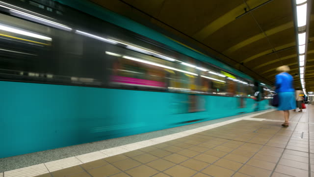 4 k time-lapse: passeggero pendolari stazione metropolitana affollata a della metropolitana di parigi - francoforte sul meno video stock e b–roll