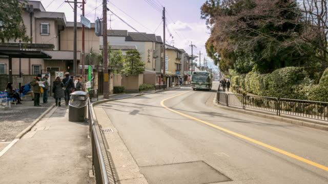 京都の金閣寺でバスに乗り込む時間経過: 歩行者 - バス点の映像素材/bロール